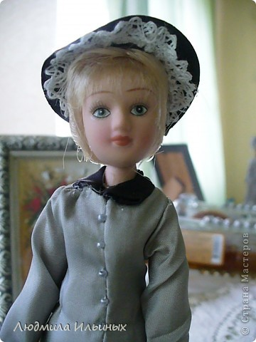 С большим опозданием выкладываю  фото Эстеллы Хэвишем. Очень долго создавался ее образ... Кукла мне досталась очень неказистая. Мало того, что наряд невзрачный, так еще и вся в клею, кособокая, на юбке затяжки. Юбку пришлось шить новую. Жакет украсила манжетами, воротничком и жабо с брошкой. И вот куколка ожила, засияла новыми красками.  фото 2