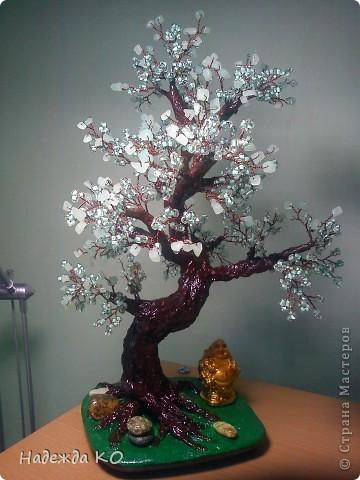 Дерево сделала по работам Леночки -Skarabeya. У Лены оч. хорошо получаются дерева с крупным бисерм камушками, у меня сдесь нефрит и крупный бисер. фото 1