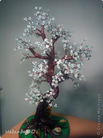 Дерево сделала по работам Леночки -Skarabeya. У Лены оч. хорошо получаются дерева с крупным бисерм камушками, у меня сдесь нефрит и крупный бисер. фото 2