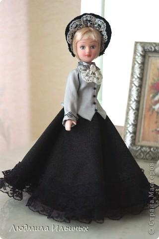 С большим опозданием выкладываю  фото Эстеллы Хэвишем. Очень долго создавался ее образ... Кукла мне досталась очень неказистая. Мало того, что наряд невзрачный, так еще и вся в клею, кособокая, на юбке затяжки. Юбку пришлось шить новую. Жакет украсила манжетами, воротничком и жабо с брошкой. И вот куколка ожила, засияла новыми красками.  фото 4
