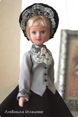 С большим опозданием выкладываю  фото Эстеллы Хэвишем. Очень долго создавался ее образ... Кукла мне досталась очень неказистая. Мало того, что наряд невзрачный, так еще и вся в клею, кособокая, на юбке затяжки. Юбку пришлось шить новую. Жакет украсила манжетами, воротничком и жабо с брошкой. И вот куколка ожила, засияла новыми красками.  фото 5