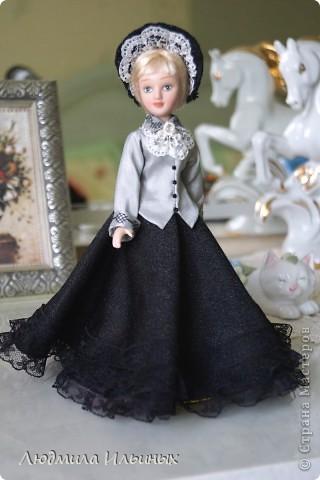 С большим опозданием выкладываю  фото Эстеллы Хэвишем. Очень долго создавался ее образ... Кукла мне досталась очень неказистая. Мало того, что наряд невзрачный, так еще и вся в клею, кособокая, на юбке затяжки. Юбку пришлось шить новую. Жакет украсила манжетами, воротничком и жабо с брошкой. И вот куколка ожила, засияла новыми красками.  фото 8