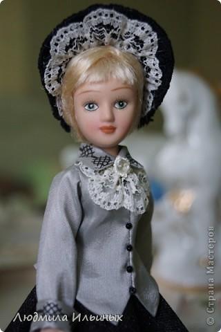 С большим опозданием выкладываю  фото Эстеллы Хэвишем. Очень долго создавался ее образ... Кукла мне досталась очень неказистая. Мало того, что наряд невзрачный, так еще и вся в клею, кособокая, на юбке затяжки. Юбку пришлось шить новую. Жакет украсила манжетами, воротничком и жабо с брошкой. И вот куколка ожила, засияла новыми красками.  фото 7