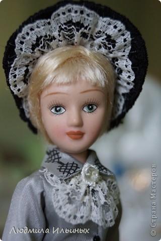 С большим опозданием выкладываю  фото Эстеллы Хэвишем. Очень долго создавался ее образ... Кукла мне досталась очень неказистая. Мало того, что наряд невзрачный, так еще и вся в клею, кособокая, на юбке затяжки. Юбку пришлось шить новую. Жакет украсила манжетами, воротничком и жабо с брошкой. И вот куколка ожила, засияла новыми красками.  фото 3