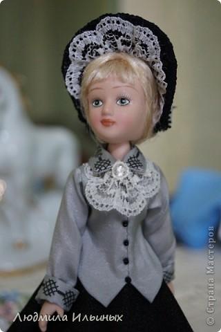 С большим опозданием выкладываю  фото Эстеллы Хэвишем. Очень долго создавался ее образ... Кукла мне досталась очень неказистая. Мало того, что наряд невзрачный, так еще и вся в клею, кособокая, на юбке затяжки. Юбку пришлось шить новую. Жакет украсила манжетами, воротничком и жабо с брошкой. И вот куколка ожила, засияла новыми красками.  фото 9