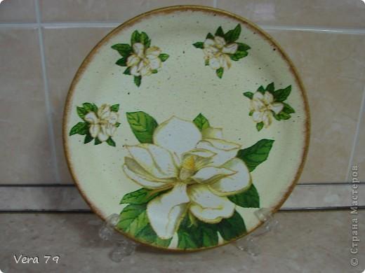 для своей кухни сделала набор состоящий из керамической тарелки,керамического горшка,деревянной досточки и что-то вроде сырницы.Так как с кракелюром не очень дружу,решила попробовать набрызги. фото 3