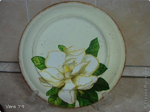 для своей кухни сделала набор состоящий из керамической тарелки,керамического горшка,деревянной досточки и что-то вроде сырницы.Так как с кракелюром не очень дружу,решила попробовать набрызги. фото 4