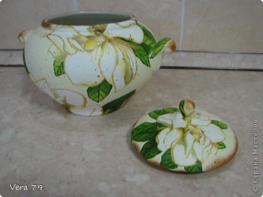 для своей кухни сделала набор состоящий из керамической тарелки,керамического горшка,деревянной досточки и что-то вроде сырницы.Так как с кракелюром не очень дружу,решила попробовать набрызги. фото 6