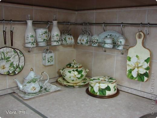 для своей кухни сделала набор состоящий из керамической тарелки,керамического горшка,деревянной досточки и что-то вроде сырницы.Так как с кракелюром не очень дружу,решила попробовать набрызги. фото 9