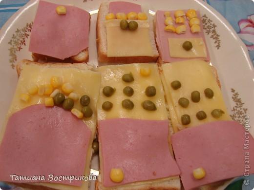 Детские бутерброды(дети сами готовили на уроках)(колбаса,сыр,булка,капуста-лист, украшение-яйцо,укроп,горох, кукуруза) фото 2