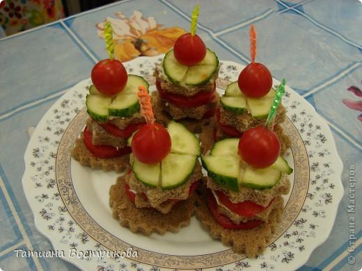 Детские бутерброды(дети сами готовили на уроках)(колбаса,сыр,булка,капуста-лист, украшение-яйцо,укроп,горох, кукуруза) фото 3