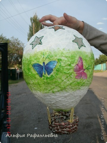 воздушный шар. отличная идеяhttp://stranamasterov.ru/user/65657 в корзину планируется положить маленький ночник, подвешать в детской. вот такой эксклюзив. уже улетел шар в подарок на годик. фотографировала перед отправкой))) на ходу фото 2