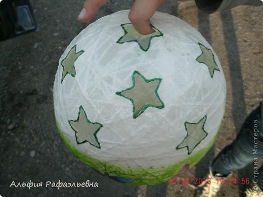 воздушный шар. отличная идеяhttp://stranamasterov.ru/user/65657 в корзину планируется положить маленький ночник, подвешать в детской. вот такой эксклюзив. уже улетел шар в подарок на годик. фотографировала перед отправкой))) на ходу фото 3
