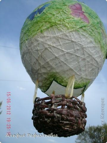 воздушный шар. отличная идеяhttps://stranamasterov.ru/user/65657 в корзину планируется положить маленький ночник, подвешать в детской. вот такой эксклюзив. уже улетел шар в подарок на годик. фотографировала перед отправкой))) на ходу фото 1