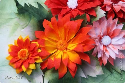 Гаснет день. Словно в песне старинной, Выхожу я в заброшенный сад Посмотреть, как цветут георгины, Строгой прелестью радуя взгляд.   И как будто застыв в изумленье От своей неземной красоты, Молчаливо приемлют почтенье Величавые эти цветы.   Как надменные, знатные гранды, Что идут, не касаясь земли, Как на старых полотнах инфанты, Как портрет королевской семьи.  фото 1