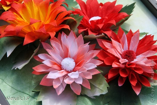 Гаснет день. Словно в песне старинной, Выхожу я в заброшенный сад Посмотреть, как цветут георгины, Строгой прелестью радуя взгляд.   И как будто застыв в изумленье От своей неземной красоты, Молчаливо приемлют почтенье Величавые эти цветы.   Как надменные, знатные гранды, Что идут, не касаясь земли, Как на старых полотнах инфанты, Как портрет королевской семьи.  фото 3