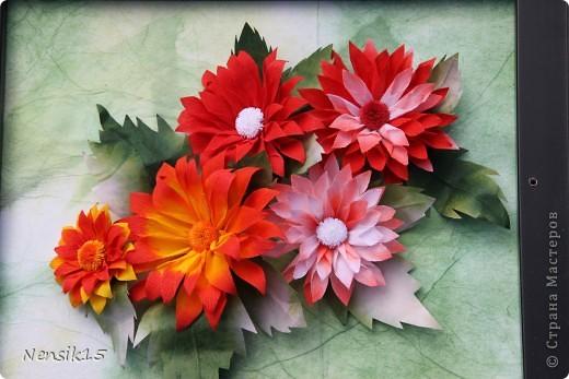 Гаснет день. Словно в песне старинной, Выхожу я в заброшенный сад Посмотреть, как цветут георгины, Строгой прелестью радуя взгляд.   И как будто застыв в изумленье От своей неземной красоты, Молчаливо приемлют почтенье Величавые эти цветы.   Как надменные, знатные гранды, Что идут, не касаясь земли, Как на старых полотнах инфанты, Как портрет королевской семьи.  фото 2