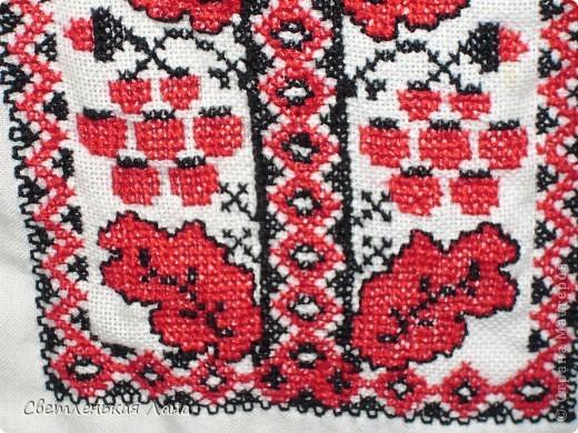 Доброго времени суток всем гостям моей странички!!! Решилась показать вам вышиванку, которую я вышивала где-то года полтора назад...  Вышитая рубашка издавна была традиционной одеждой украинцев, и в наше время вышиванка не потеряла свою популярность, даже наоборот, наблюдается определенная волна усиленного интереса к ней и украинской национальной одежды в целом.  фото 3