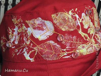 В рамках модного блогового проекта, где мы дружно порешили заменить бумагу тканью, у меня изготовилась вот такая панамка на лето...ну из ткани тут, само собой, ткань, а из скраповых дел у меня штамповка...штамповала , не поверите, настоящими листиками...краски использовала те,что по ткани...ну и получилась такая своеобразная цветущая полянка с капельками росы или дождика... фото 4