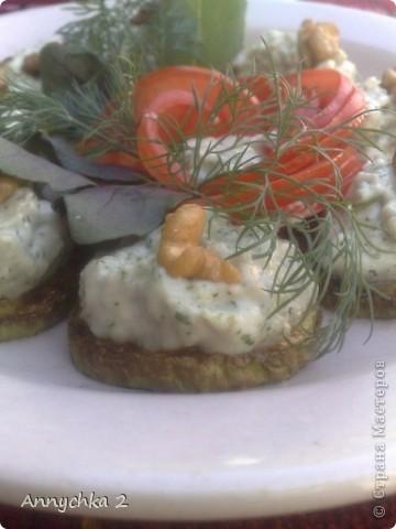 кабачки 1 кг, майонез 200-300 гр, зелень по 3-4 веточки (укроп, кинза, базилик), одна большая горсть грецких орешков, чеснок 10 зубков, соль. кабачки помыть, порезать кружочками, посолить и оставить минут на 15. после обжарить с двух сторон на подсолнечном масле. майонез, чеснок, орешки, зелень перемолоть в комбайне. готовую смесь выложить на кружочки жареных кабачков. приятного! фото 2