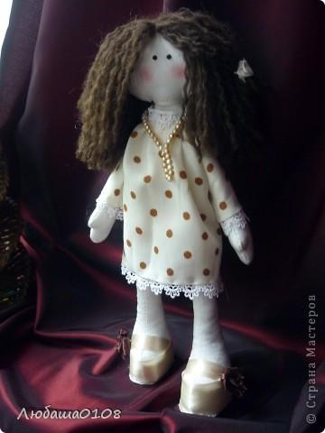 когда впервые увидела таких куколок влюбилась, долго не решалась, вынашивала идею. еще дольше шила, т.к. все делала вручную, пальцы исколоты, но я довольна полученным результатом, есть недочеты, но она же первая и любимая фото 1