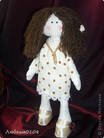 когда впервые увидела таких куколок влюбилась, долго не решалась, вынашивала идею. еще дольше шила, т.к. все делала вручную, пальцы исколоты, но я довольна полученным результатом, есть недочеты, но она же первая и любимая фото 2