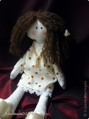 когда впервые увидела таких куколок влюбилась, долго не решалась, вынашивала идею. еще дольше шила, т.к. все делала вручную, пальцы исколоты, но я довольна полученным результатом, есть недочеты, но она же первая и любимая фото 3