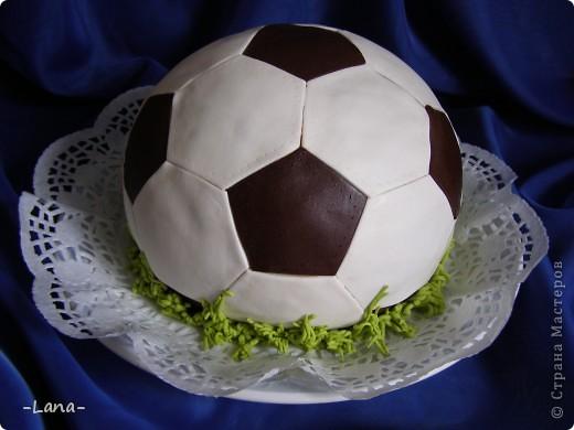 Футбольная тема нынче в связи с Евро 2012 очень актуальна. Попросили меня сделать тортик в виде мяча для юного любителя футбола фото 1