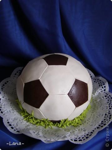 Футбольная тема нынче в связи с Евро 2012 очень актуальна. Попросили меня сделать тортик в виде мяча для юного любителя футбола фото 2
