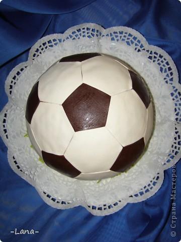 Футбольная тема нынче в связи с Евро 2012 очень актуальна. Попросили меня сделать тортик в виде мяча для юного любителя футбола фото 3