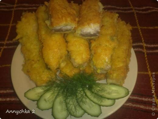 филе рыбки (в моем случае морской сазан), 2 яйца, 4 картофелины, 2 ст. л. муки + мука для обвалки рыбки, 150-200 гр. любого твердого сыра, соль, перчик по вкусу. картофель чистим, трем на крупной терке и отжимаем руками из картофеля жидкость. сыр так же натираем на крупной терке. добавляем к картофелю сыр, муку, яйца, соль, перчик и все перемешиваем. кусочки рыбки обваливаем в муке с двух сторон. с двух сторон прижимаем к рыбе картофельно-сырную массу. аккуратно кладем рыбу на сковородку с разогретым маслом. жарим с двух сторон на огне чуть меньше среднего. после жарки на сковороде можно нашу рыбку посыпать сыром и поместить в разогретую духовку мин на 10-15.  фото 1