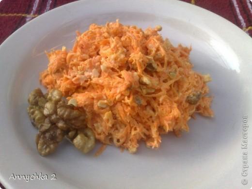 3-4 шт моркови (большие), 200 гр твердого сыра, 2 горсти грецких орехов, 6-7 зубков чеснока, майонез (сколько возьмет салат). морковь, сыр и чеснок натереть на мелкой терке. орешки мелко порезать. все ингредиенты смешать и заправить майонезом. приятного!