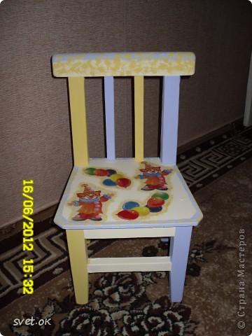 Здравствуйте, дорогие мастерицы! выношу на ваш суд свой первый опыт переделки старой вещи. вот такой стул сделала своему малышку. фото 1