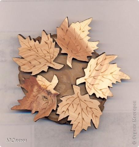 Листья, выпиленные из фанеры, приклеены эпоксидкой к спилу дерева.