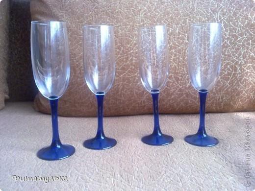 """Девочки, мастерицы, нужен ваш совет. Недавно купила вот такие бокалы. Ну понравились они мне, да и тем более я и мой молодой человек любим синий цвет. Принесла домой, а мой говорит: """"о, так их ты еще и украсить можешь! ты же украшала недавно свадебные бокалы!"""" На что я ответила: """"да легко!"""" НО что-то с этим """"легко"""" не пошло, когда я начала продумывать дизайн... Украшать свадебные бокалы это одно (есть тематика, повод), а тут... Простые бокалы.... В общем, я в растерянности... ЛЮДИ ДОБРЫЕ, ПОМОГИТЕ КТО ЧЕМ МОЖЕТ!!! Мой уже ворчит, мол, когда бокалы у нас будут украшены? Другим делаешь, а себе не можешь? Буду рада выслушать любые ваши идеи)"""