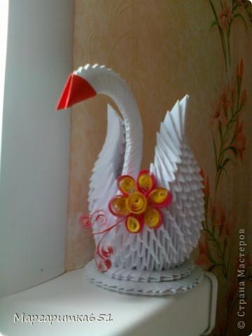 Всем доброго времени суток.  Хочется показать вам лебедя, которого я сделала в подарок родственнице. Очень хотелось бы узнать ваше мнение по поводу цветочка сделанного в технике квиллинг. Просто я первый раз делаю в этой технике цветочек именно для лебедушки. фото 1