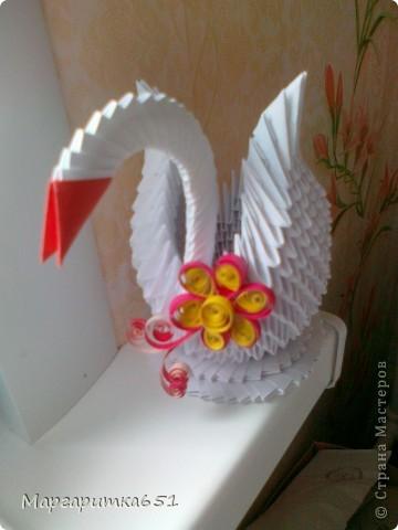 Всем доброго времени суток.  Хочется показать вам лебедя, которого я сделала в подарок родственнице. Очень хотелось бы узнать ваше мнение по поводу цветочка сделанного в технике квиллинг. Просто я первый раз делаю в этой технике цветочек именно для лебедушки. фото 3