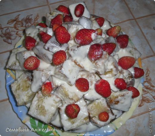"""кекс """"Лето"""" Состав: 2 яйца, сахар (1/2 стакана), маргарин, сода, мука.   Крем: сметана + сахар (взбить, поставить в холодильник).  Испечь два одинаковых кекса, один разрезать на кусочки. Пропитать кремом и выложить на кекс. Украсить по желанию любыми ягодами. фото 1"""