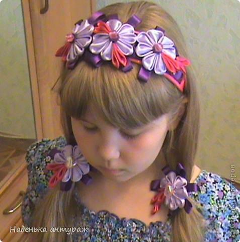 Хочу показать вам какие украшения для волос я сделала своим дочкам. Для старшей Настеньки вот такую повязочку с цветочком из органзы фото 3