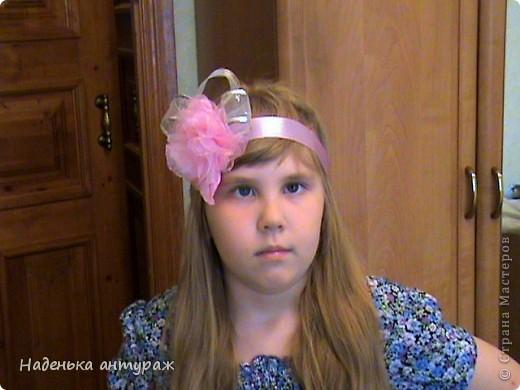 Хочу показать вам какие украшения для волос я сделала своим дочкам. Для старшей Настеньки вот такую повязочку с цветочком из органзы фото 1
