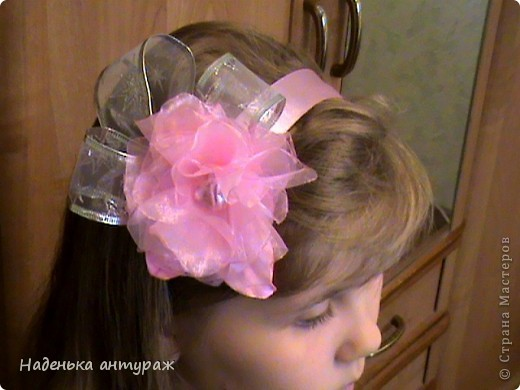Хочу показать вам какие украшения для волос я сделала своим дочкам. Для старшей Настеньки вот такую повязочку с цветочком из органзы фото 2