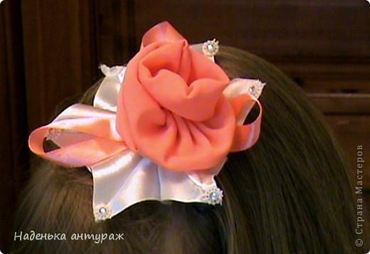 Хочу показать вам какие украшения для волос я сделала своим дочкам. Для старшей Настеньки вот такую повязочку с цветочком из органзы фото 7