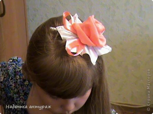 Хочу показать вам какие украшения для волос я сделала своим дочкам. Для старшей Настеньки вот такую повязочку с цветочком из органзы фото 6