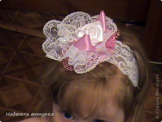 Хочу показать вам какие украшения для волос я сделала своим дочкам. Для старшей Настеньки вот такую повязочку с цветочком из органзы фото 10