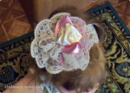 Хочу показать вам какие украшения для волос я сделала своим дочкам. Для старшей Настеньки вот такую повязочку с цветочком из органзы фото 11