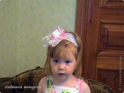 Хочу показать вам какие украшения для волос я сделала своим дочкам. Для старшей Настеньки вот такую повязочку с цветочком из органзы фото 12