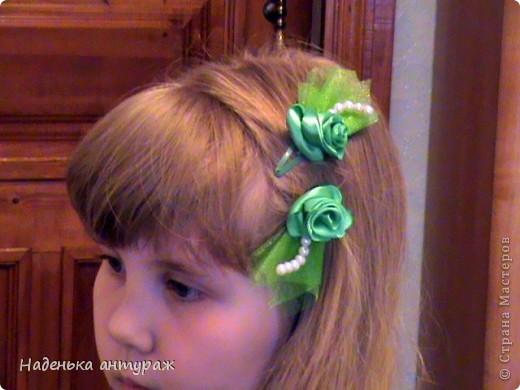 Хочу показать вам какие украшения для волос я сделала своим дочкам. Для старшей Настеньки вот такую повязочку с цветочком из органзы фото 8