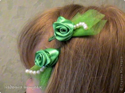 Хочу показать вам какие украшения для волос я сделала своим дочкам. Для старшей Настеньки вот такую повязочку с цветочком из органзы фото 9