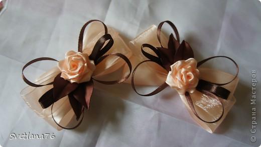 бантики из ленты 2,5 см, розы тоже, коричневые ленты тоненькие, наверно 0,5 см. фото 1