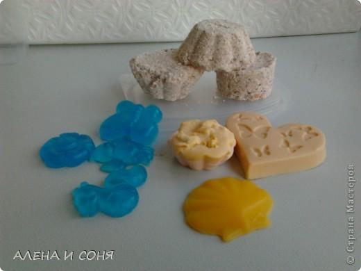 Сначала я пробовала делать перевар из детского мыла и вот наконец-то собралась и купила мыльную основу.Как раз дети собирались к дедушке в деревню на лето и я им сделала мыло. Это для сынишки- он любит зеленый цвет , аромат - весенняя свежесть , кокосовое масло и масло календулы. фото 6